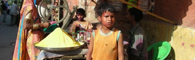 Verkäufer von bunten Farben zum Holi-Fest, das einen Tag später beginnt