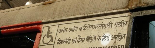 Schild an einem Wagon eines Lokalzuges in Mumbai. Wer versteht warum Krebspatienten als behindert gelten oder warum ein Krebs etwas mit der Krankheit zu tun hat, kann gerne Bescheid geben.