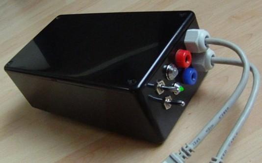 Das fertig gebaute Ladegerät aus einem Gehäuse von Conrad mit Status-LEDs und zwei USB-Ausgängen