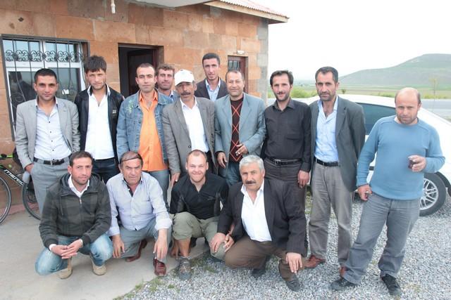 Aus einer kurzen Rast am Wegesrand wird eine ausgedehnte Tee-Pause bei netten Kurden