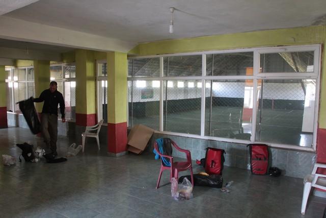 Fußballhalle und gewöhnungsbedürftiger Schlafplatz am nächsten Morgen