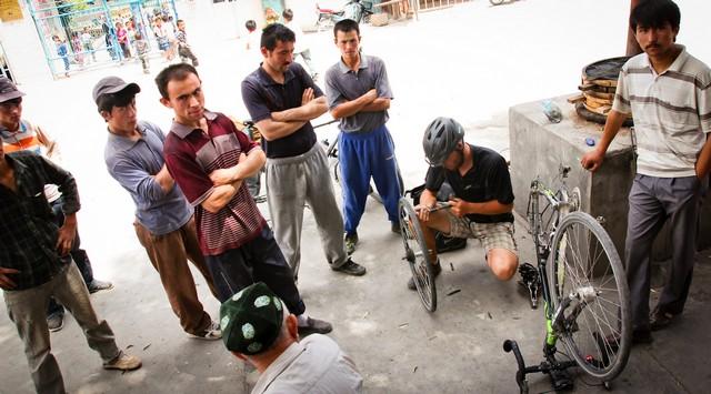 Reifenpannen (die fünfte bisher) passieren natürlich immer dann, wenn man ohnehin schon von vielen Leuten umringt wird