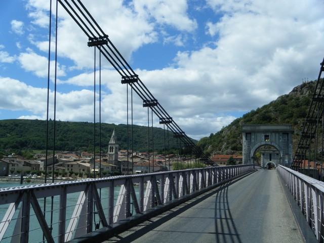 An der Rhône folgen wir dem wunderbar ausgebauten und beschilderten Radweg abseits der befahrenen Bundesstraßen, der uns durch schöne Dörfer und unberührte Natur führt.