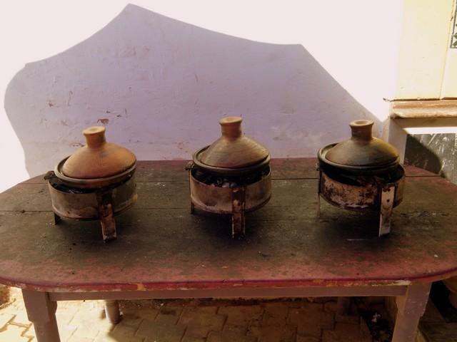 Tagine, Gemüse mit verschiedenem Fleisch, traditionell direkt über dem Feuer gegart. Couscous dazu gibt es leider nur Freitags. Auch das ist Tradition. Jedem Körnchen wird aber nachgesagt, dass es einem Glück bis ans Lebensende bringe.