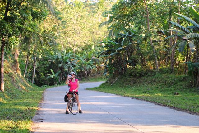 Die Straßen sind gut asphaltiert, aber besonders im Inselinneren sehr hügelig