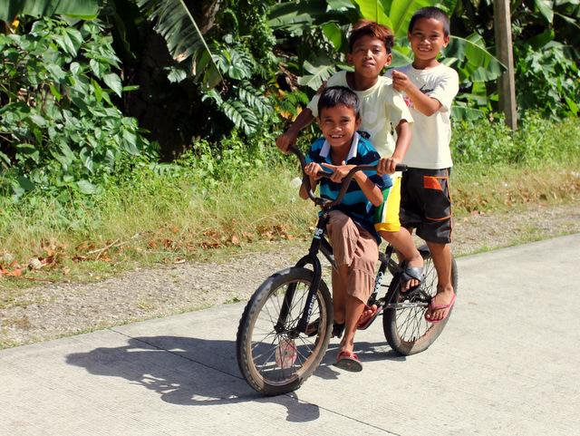 Drei Kinder auf einem Rad, sechs Personen und ein Huhn auf dem Motorrad, alles kein Problem!