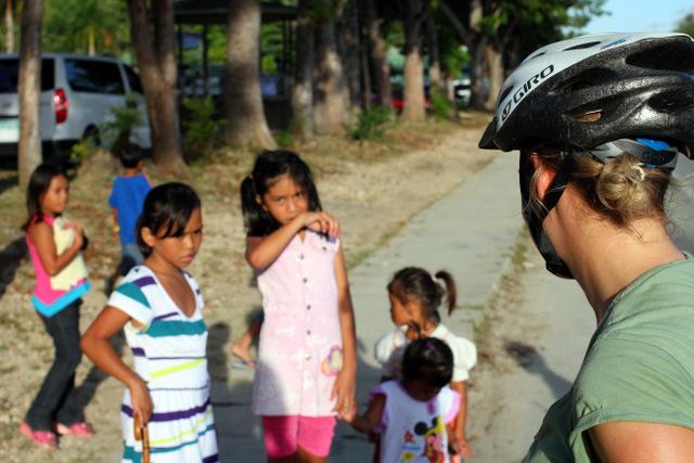 Neugierige Kinder am Straßenrand