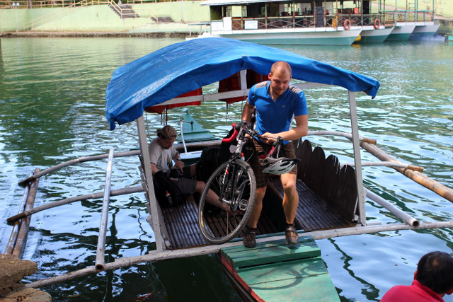 Fahrrad auf dem Boot am Loboc River