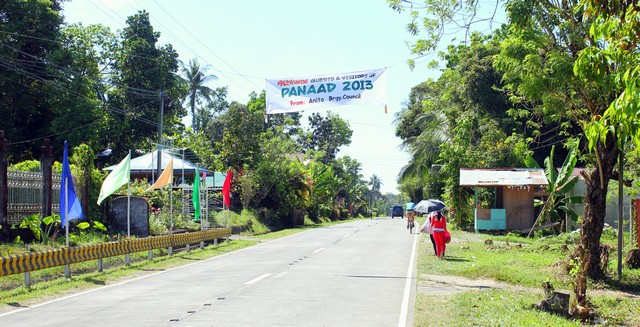 Panaad 2013. Jeder Bezirk heißt seine pilgernden Besucher herzlich willkommen. Am Straßenrand haben viele Menschen Stände aufgebaut und verteilen kostenlos Wasser und Getränke.
