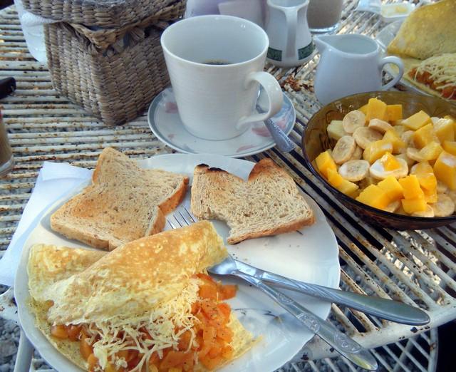 Omelett, Toast und Obstsalat