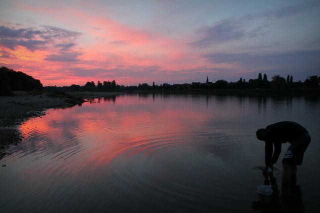 Abendliches Töpfe-Spülen in der Loire