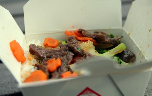 Gebratener Reis mit Rindfleisch und Brokkoli