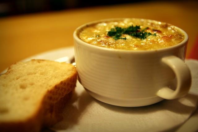Zwiebelsuppe mit überbackenem Käse