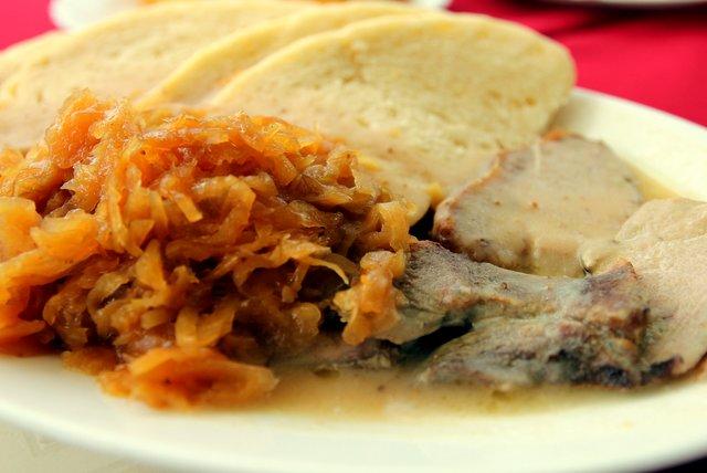 Slovakische Spezialität: Kohl, Brot und ein Stück Irgendwas vom Schwein. Empfehlenswert!