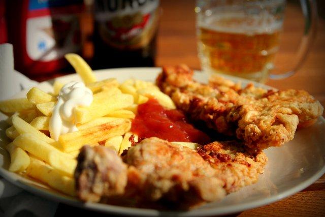 Dieses Mahl war im Gegensatz zu den vorherigen Bildern nicht so bekömmlich. Vegetarische Gerichte waren in diesem rumänischen LKW-Motel-Restaurant Mangelware. Stattdessen bekommen wir verknorpelte, lieblos frittierte, kalte Stücke vom toten Schwein.