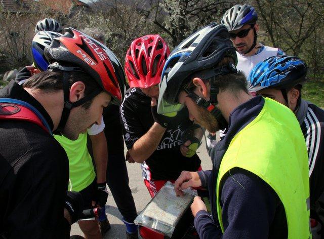 Eine rumänische Radfahrgruppe beratschlagt über den besten Weg in die nächste Stadt.