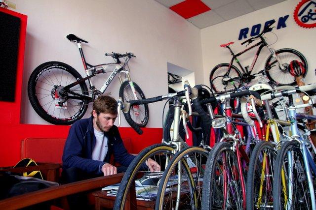 Felix tauscht sein Hinterrad vorsichtshalber aus, weil die Felge erste altersbedingte Verschleißanzeichen zeigt. In diesem gut sortierten rumänischen Fahrradgeschäft wird er fündig.