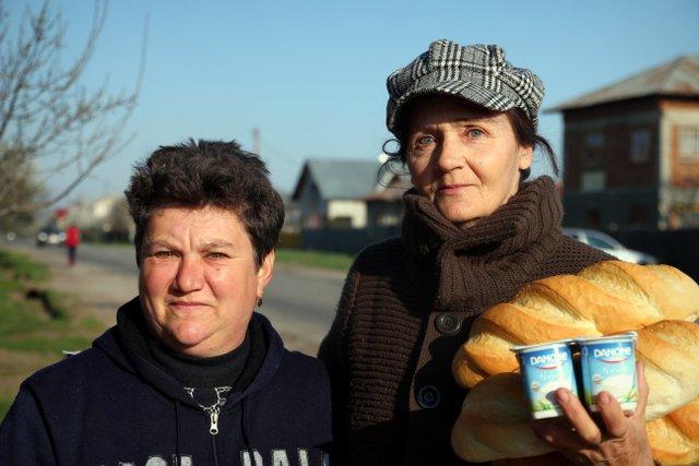 Zwei rumänische Frauen beim Einkauf für das Frühstück am Sonntagmorgen.