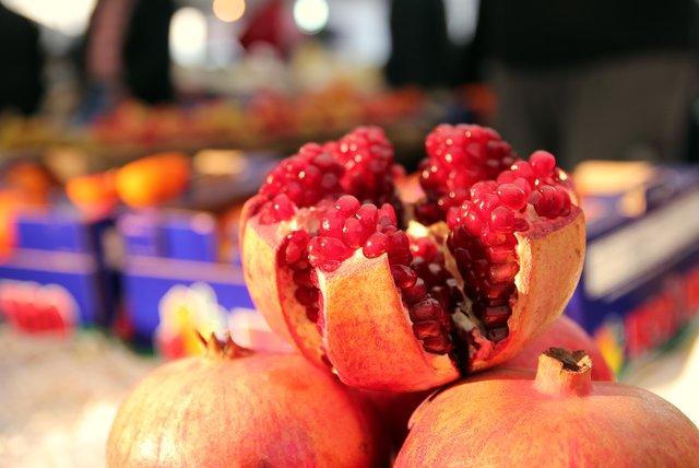 Überall wird frisch gepresster Granatapfelsaft verkauft.