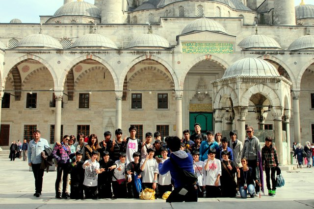 In Istanbul gibt es sehr viele Touristen aus Deutschland und Frankreich. Aber auch viele Asiaten verirren sich in den Innenhof der Sultan-Ahmet-Moschee.