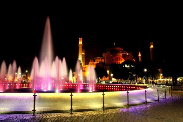 Die Hagia Sofia und ein kitschiger Springbrunnen bei Nacht.