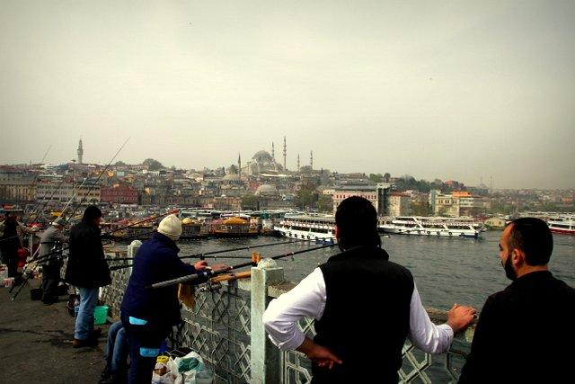 Viele Angler stehen auf der Brücke über das Goldene Horn.