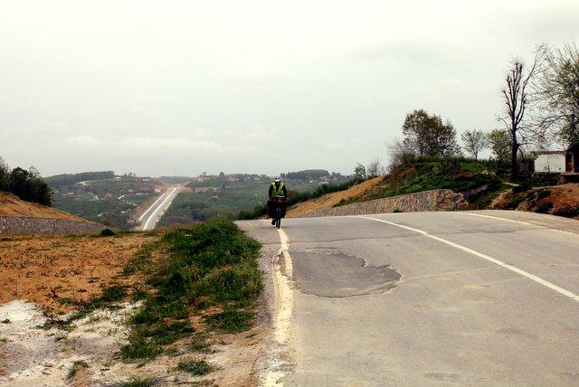 Am Schwarzen Meer gibt es überwiegend keine flache Küstenstraße, sondern nicht enden wollende Serpentinen und Straßen, die mit unglaublichen Steigungen einfach quer über die Berge gebaut werden.
