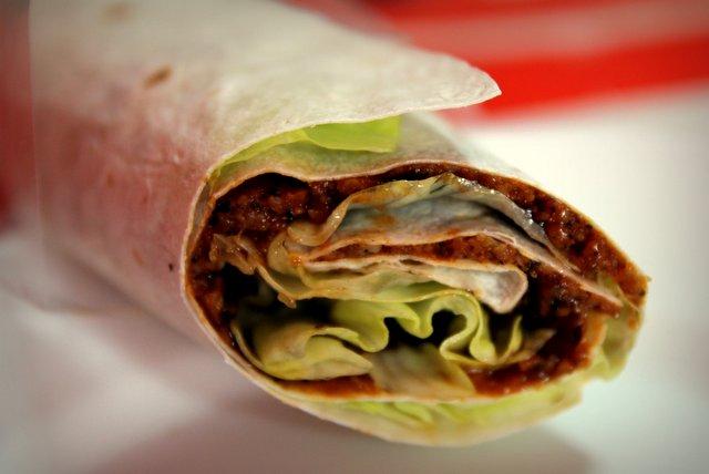 """Çiğ köfte dürüm, wörtlich """"rohe Fleischbällchenrolle"""", ist aber in Wirklichkeit vegetarisch und gilt eher als Arme-Leute-Essen. Eine Portion kostet unter einem Euro und schmeckt erstaunlich erfrischend. Grundlage ist eine gewürzte Masse aus Bulgur, die mit Granatapfelsirup gesäuert wird."""