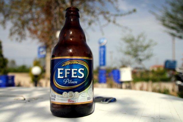 Nach einigen Tagen der Abstinenz gönnen wir uns ein Bier am Straßenrand, denn Alkohol wird in der Türkei wenig getrunken und ist auch relativ teuer. Um dieses rare Geschäft für Alkohol und Tabak scharen sich daher diverse Trunkenbolde.