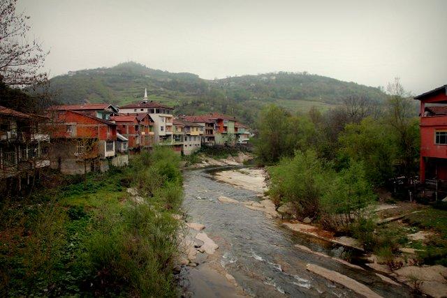 Kleine Dörfer wie dieses liegen an der hügeligen Straße durch das Landesinnere.