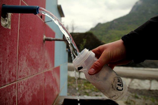 Zahlreiche Wasserstellen an der Straße versorgen uns mit Trinkwasser.