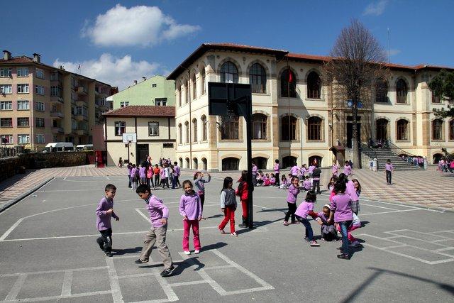 Welch eine Schmach. Sogar die Jungen dieser Schule in Taşköprü müssen violette Uniformen tragen.