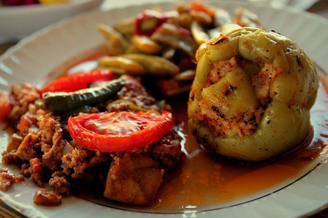 Gefüllte Paprika, grüne Bohnen und Hackfleisch.
