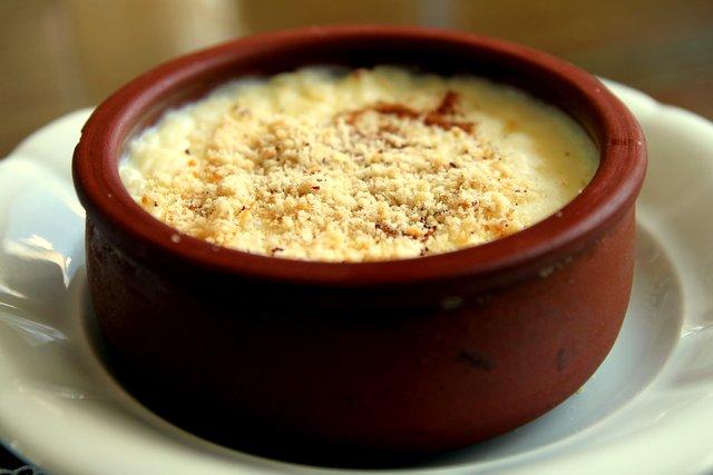 Sütlaç, überbackener Milchreis und, wenn man Glück hat, auch mit Zimt und Haselnüssen bestreut.