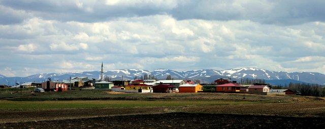 Im Hintergrund lassen sich schon die ersten schneebedeckten Berge erkennen.