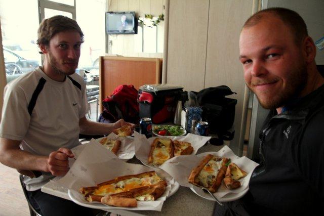 So muss ein gedeckter Tisch für zwei hungrige Radler aussehen: Vollgepackt mit Kalorien!