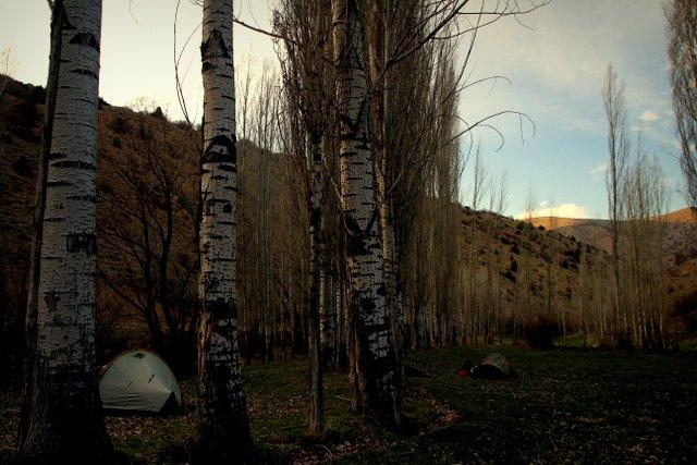 Der Tag endet mit einem idyllischen Zeltplatz an einem Flusslauf. Der einzige Minuspunkt: Am nächsten Morgen wartet eine gewaltige Steigung auf uns.