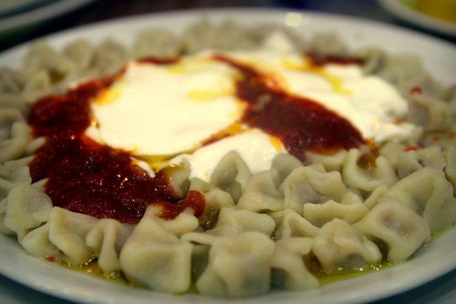 Manti, türkische Tortellini, hier mit Tomatensoße, Joghurt und, kalorienbewusst wie wir sind, in einem Fettbad aus Butter, das der Kellner, analog zur italienischen Pfeffermühle, am Tisch auffüllt.