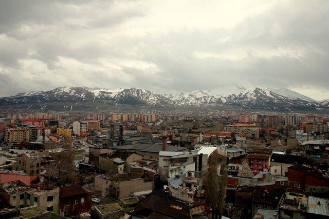 Blick vom Turm der Zitadelle in Erzurum in Richtung der Berge.