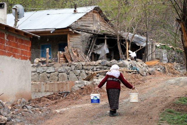 Diese alte Bäuerin trägt problemlos 20 Liter Wasser. So weit geht die türkische Emanzipation.