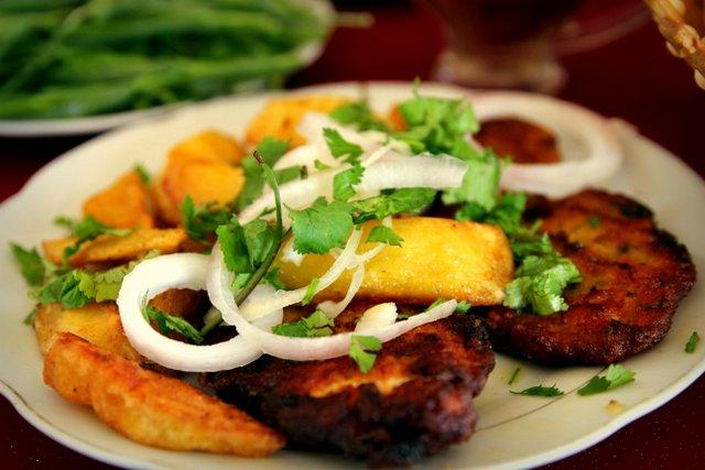 Gemüsepuffer und Bratkartoffeln.
