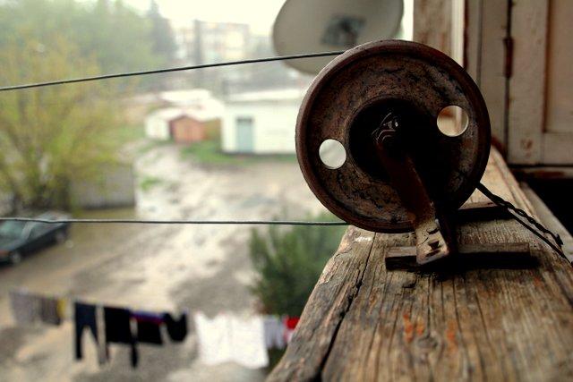 Eine interessante Methode, um Wäsche aufzuhängen. Vom Balkon wird die Wäscheleine über eine Rolle an einen Laternenmast gegenüber gespannt. Wenn es regnet, sollte man die Wäsche allerdings rein holen. Das hat der Besitzer im Hintergrund wohl verpasst.