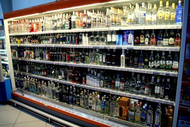 Alkohol gibt es in Aserbaidschan trotz des vorherrschenden Islams reichlich. Die sowjetischen Einflüsse sorgen dafür, dass es eine meterlange Auswahl an gekühltem Vodka im Supermarkt gibt.