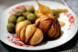 In Essig eingelegte Knoblauchzehen und Oliven.