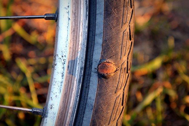 Ein scharfer Stein hat meinen Reifen am Hinterrad aufgeschlitzt. Obwohl von innen geflickt wölbt sich der Schlauch aber gefährlich nach außen. Mittlerweile sorgt ein Stück von einer Plastikflasche auf der Innenseite für zusätzliche Stabilität, ansonsten würde der Mantel nach und nach aufreißen.