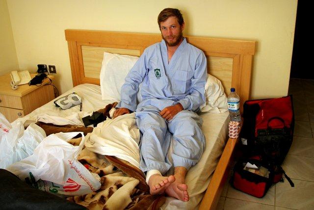 Felix im Krankenhausoutfit im Hotelzimmer.