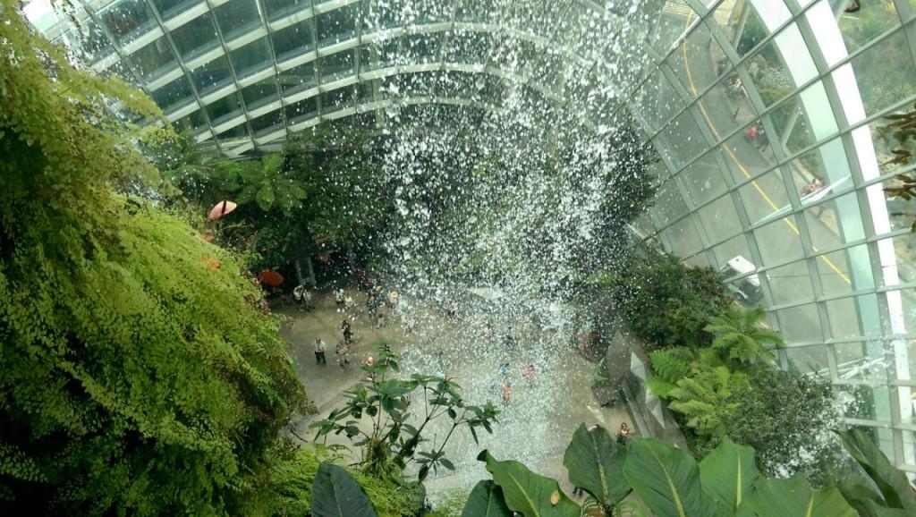 """Der höchste Indoor-Wasserfall der Welt in """"Gardens by the Bay"""""""