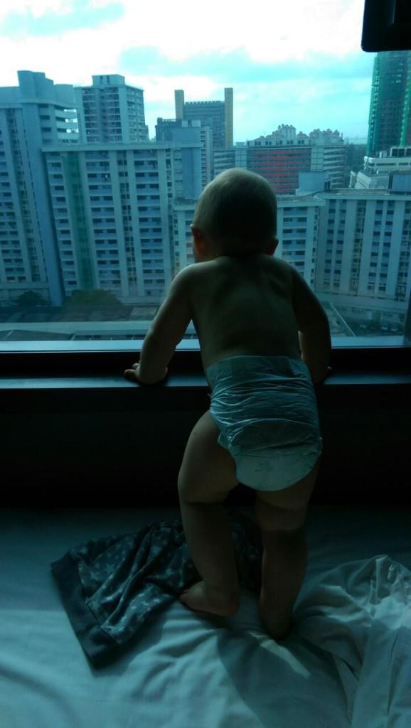 Louis überblickt Singapur vom Hotelzimmer
