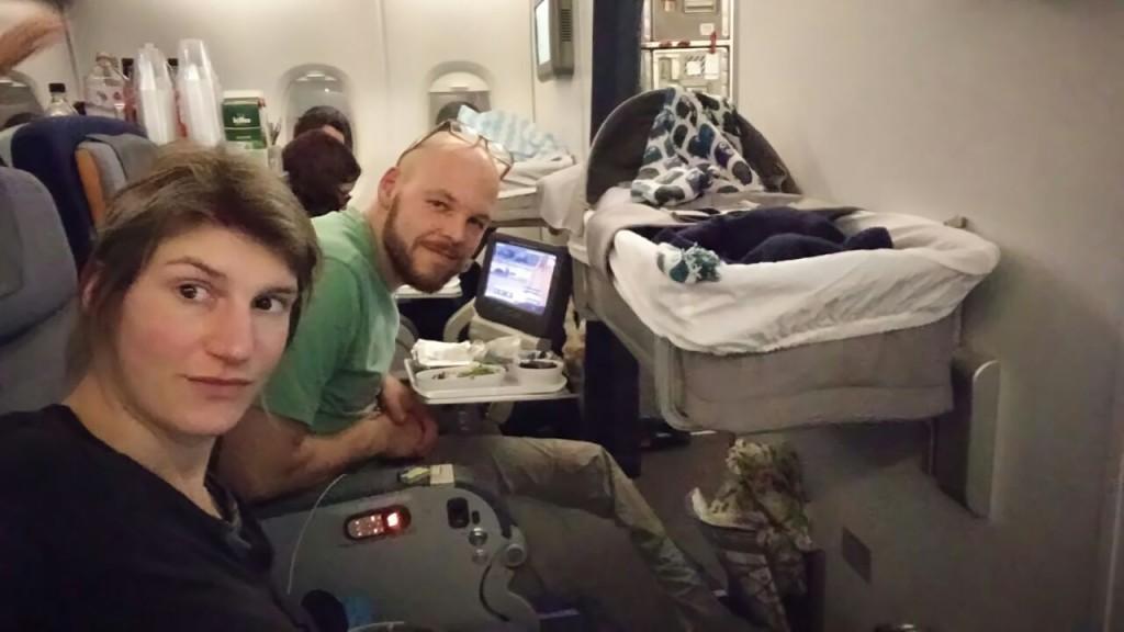 Dank Baby-Bassinett kann Louis einige Stunden auf dem langen Flug schlafen