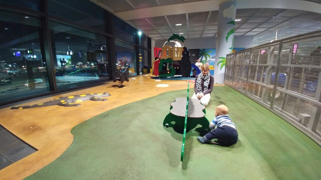 Spielplatz mit Rollfeldausblick am Frankfurter Flughafen